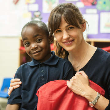Jennifer Garner visits a Save the Children sponsored school in South Carolina and poses with a student. Photo credit: Save the Children 2015.