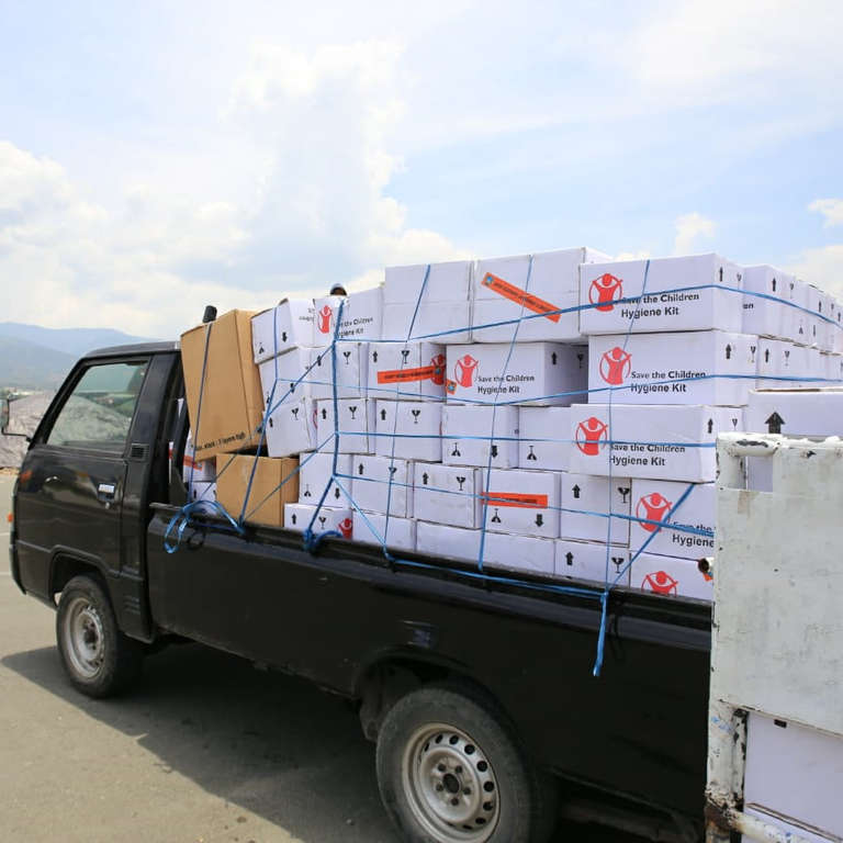 Save the Children and its partners in Indonesia are supplying hygiene kits to prevent the spread of disease to families affected by the deadly earthquake and tsunami that hit Palu and its surrounding areas in Indonesia. Photo credit: Junaedi Uko / Save the Children